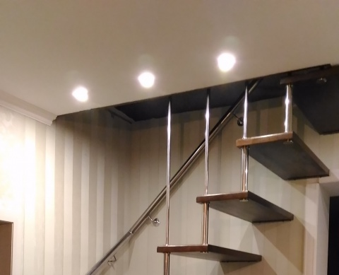 Малая больцевая лестница и пристенный поручень